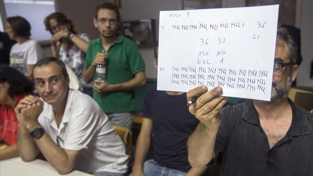 El asesor del comitéde huelga de Eulen,Juan Carlos Gimenez,ensena los resultados posterior al recuento de votos tras la asamblea en la que se ha decidido mantener la convocatoria de huelga indefinida en el aeropuerto de El Prat.