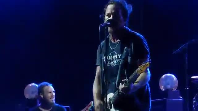La banda Pearl Jam deté un concert per una agressió masclista.