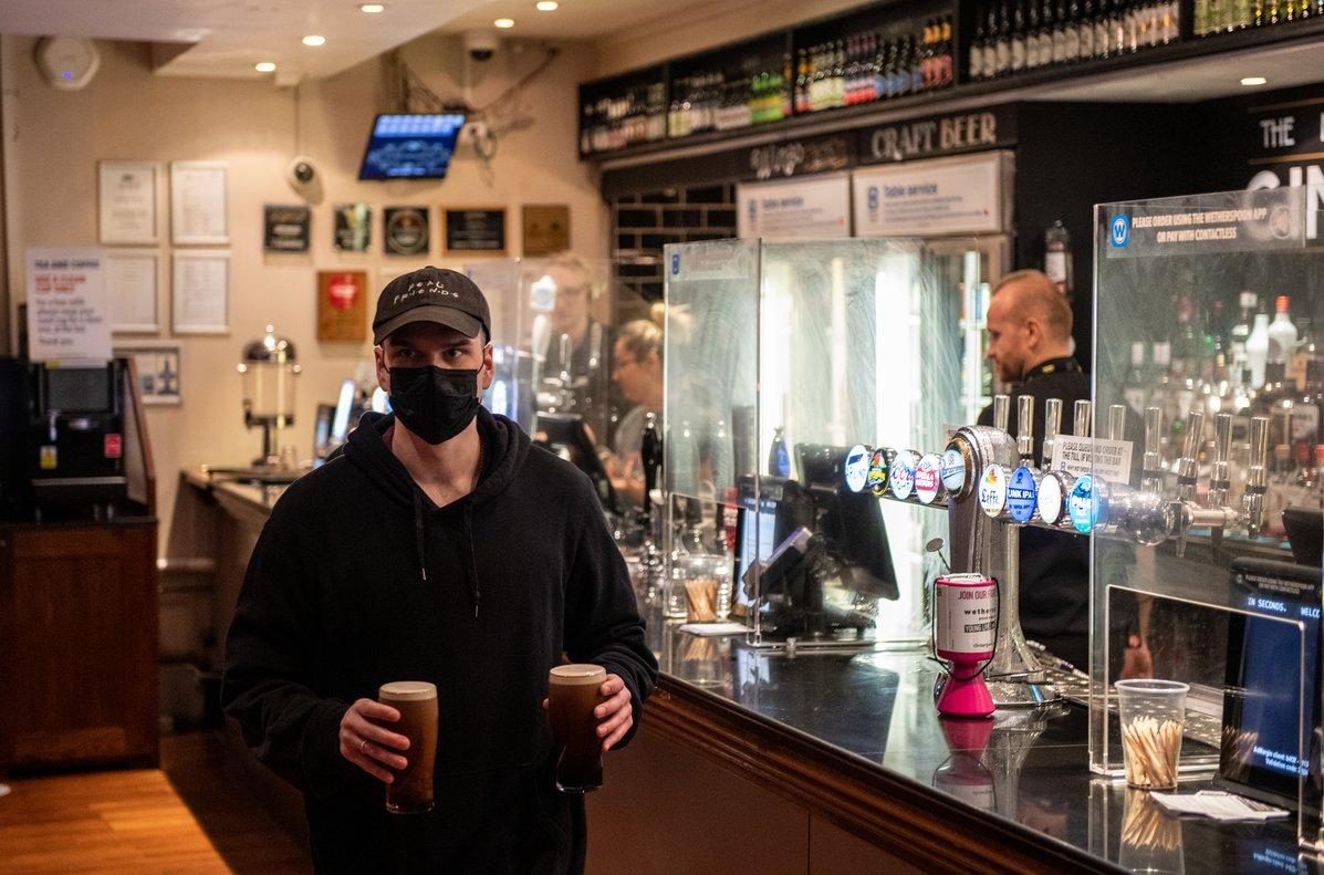 Imagen de archivo de un cliente en la reapertura de una taberna enLondres tras el cierre por la pandemia.