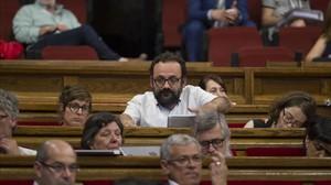 Benet Salellas, junto a otros diputados de la CUP, en del debate de presupuestos del Parlament, el pasado 8 de junio.