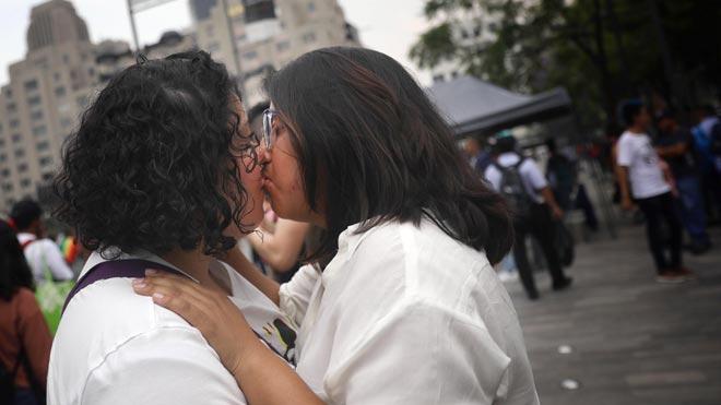La Ciudad de México se inunda de besos para luchar contra la homofobia.