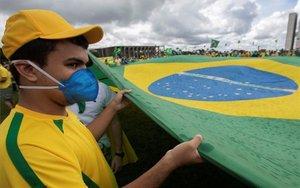 Una persona en Brasil con mascarilla por el coronavirus.