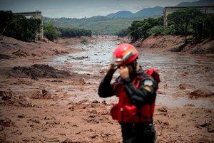 Bomberos enlabores de busqueda y rescate porla rotura de represa en Brumadinho,Minas GeraisBrasil.EFE Antonio Lacerda