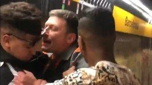 Captura de la grabación del nuevo caso de abuso de poder y violencia por parte de los vigilantes de seguridad del metro de Barcelona, este jueves, en la estación de la Barceloneta.