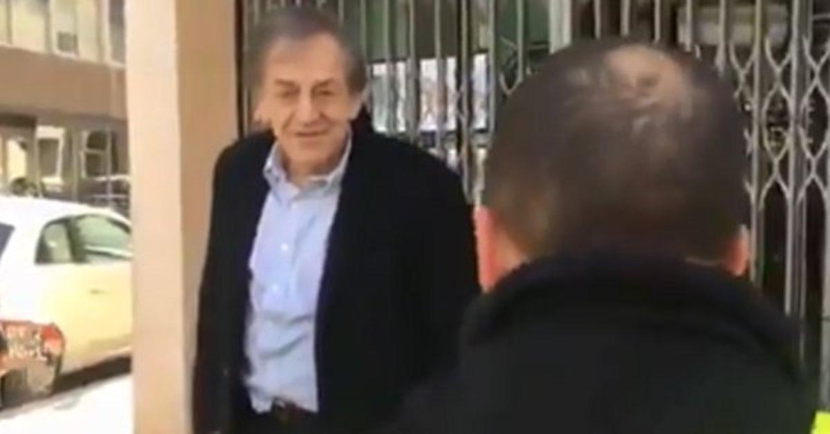 Captura de vídeo del momento en que un chaleco amarillo increpa a Alain Finkielkraut, el sábado en París.