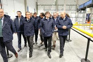 Carles Puigdemont (centro), junto a Sixte Cambra (a su derecha) y el resto de autoridades en la inauguración de la plataforma logística de frío de Cilsa y Carrefour.