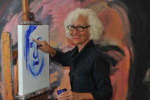 La ilustradora Carme Solé Vendrell pintandoun cuadro de Why?.