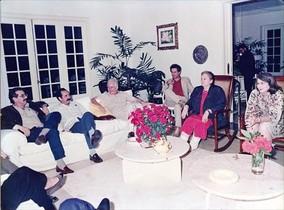 Carmen Balcells, al balancí, conversa amb, d'esquerra a dreta, Norberto Fuentes, Carlos Aldana, Armando Hart (ministre de Cultura), el cineasta brasiler Ruy Guerra i Vilma Espín (dona de Raúl Castro), a la casa de García Márquez a l'Havana.