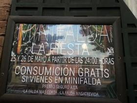 """Copas gratis a la falda más """"corta y atrevida"""", el último reclamo sexista de una discoteca"""