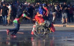 Una persona en silla de ruedas durante las protestas en Chile.