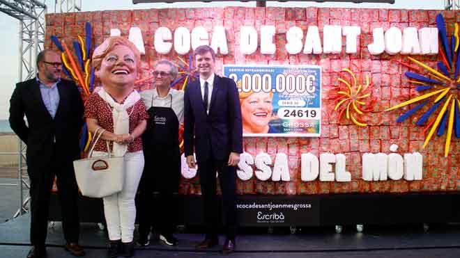 Christian Escribà presenta la coca de Sant Joan más grande del mundo. En la foto, el director de Loteria de Catalunya, Jaume Torrabadella, la Grossa, Escribà y el presentador Marc Giró, en la presentación de la coca.