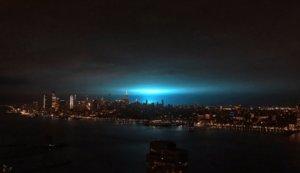 Una explosió pinta de blau el cel de Nova York