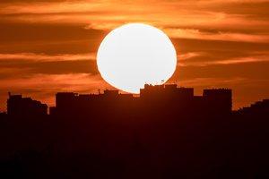 EPA3040 PRAGA REPUBLICA CHECA 25 06 2019 - El sol sale este martes sobre Praga Republica Checa Meteorologos predicen clima calido con temperaturas alrededor de los 33 grados celcius en los proximos dias en el pais EFE Martin Divisek