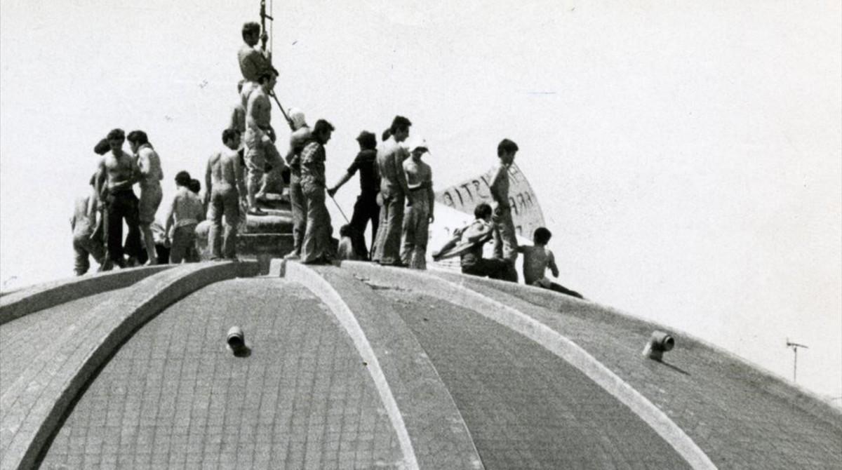 Presos subidos al tejado de la prisión barcelonesa para protestar por sus condiciones de vida, en 1981.