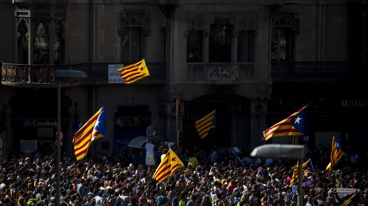 Concentración frente la Conselleria dEconomía i Finances de la Generalitat en la Rambla Catalunya.