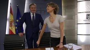 El portavoz del Gobierno, Íñigo Méndez de Vigo, y la ministra de Agricultura, Isabel García Tejerina, este viernes en la rueda de prensa posterior al Consejo de Ministros.