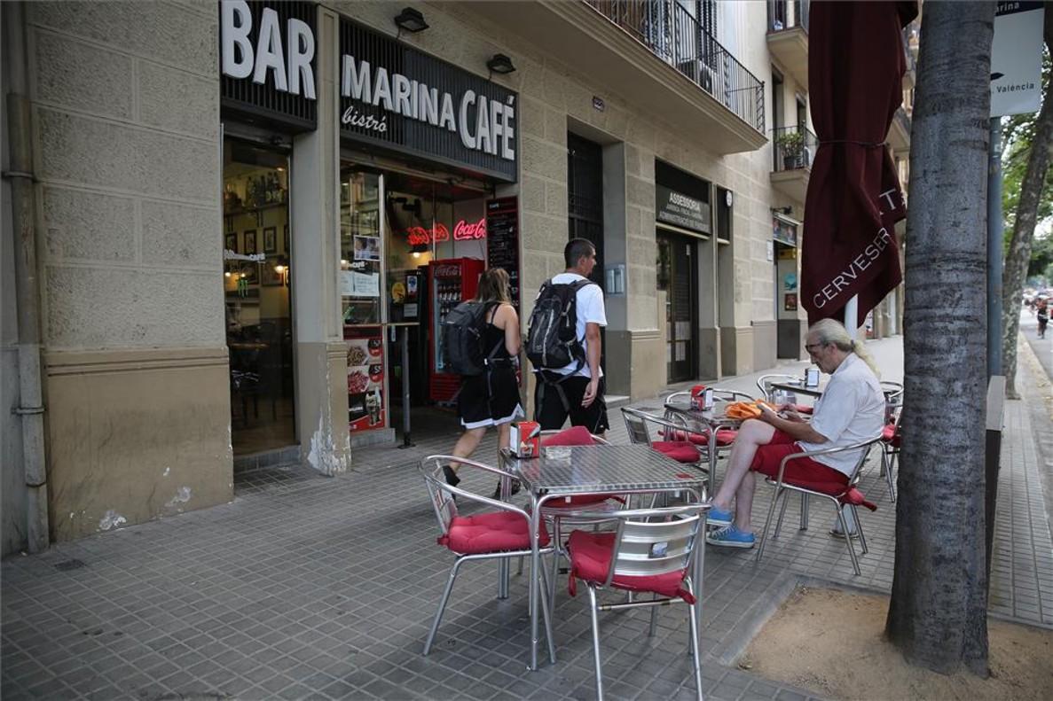 Un consumidor en una terrada de Barcelona.