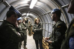 Cospedal charla con varios de los militares desplegados en el Líbano.