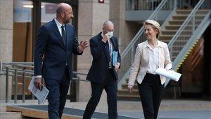 Charles Michel y Ursula von der Leyen se dirigen a la rueda de prensa tras la cumbre vitual de la UE con China.