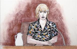 Dibujo de Taylor Swift, en el juicio, y una imagen reciente de la cantante.