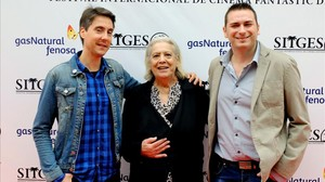 Diego López y David Pizarro, directores del documental'Herederos de la bestia', con Terele Pávez, en el festival deSitges.