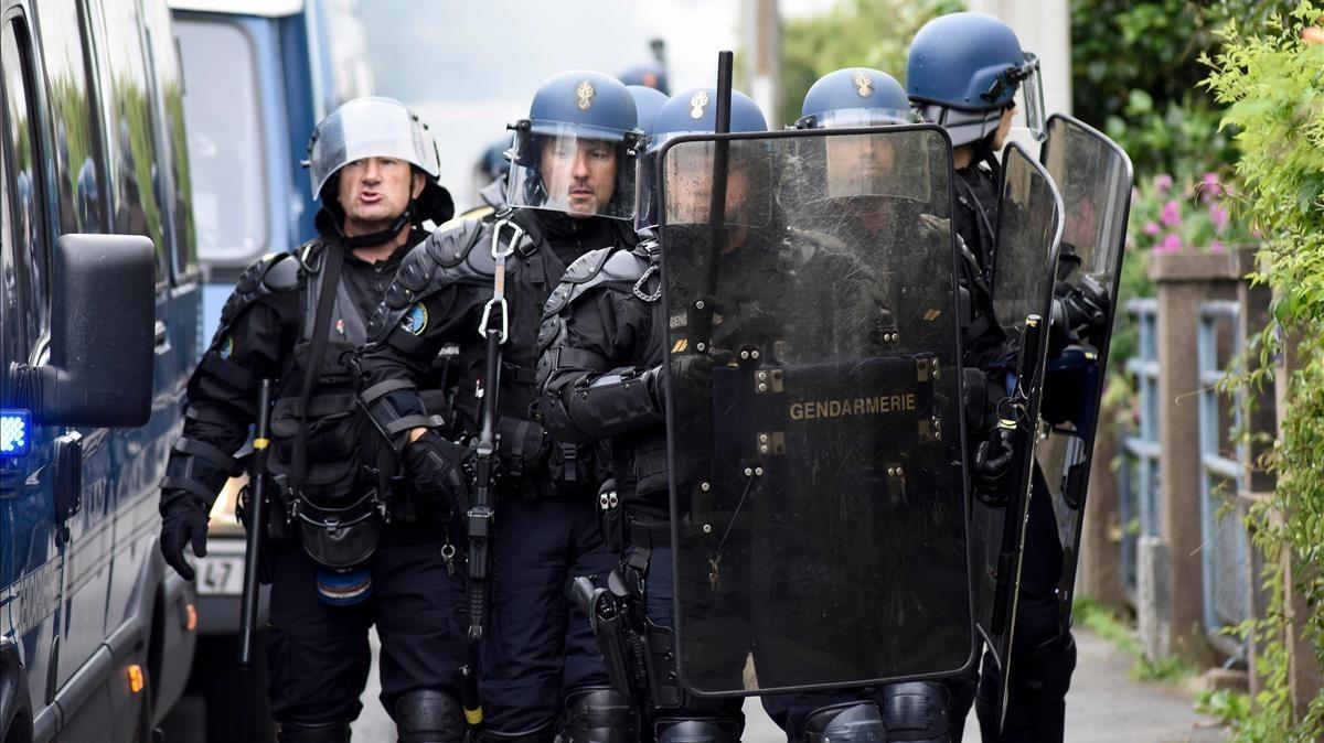 Policías francéses en el barrio de Breil (Nantes)durante las protestas que surgieron después de que un agente mató a un joven durante un control.