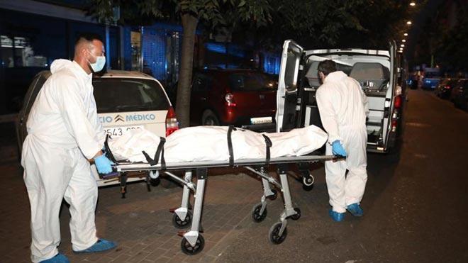 El domicilio de Córdoba en el que un menor ha matado a su madre. En la foto, el traslado del cuerpo de la mujer.