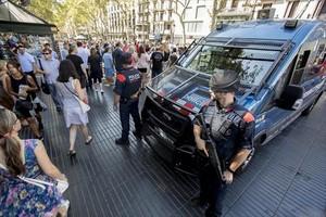 Dos agents i una furgoneta dels Mossos enmig de la Rambla, el 18 d'agost del 2017.