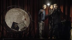 El dramaturgo y director Jordi Oriol junto a dos de los integrantes de la banda de música Seward, en lAuditori.
