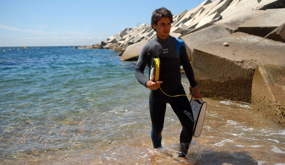 Jordi Boada recoge el dron submarino, tras revisar los fondos de la bahía de Blanes, el 12 de junio.
