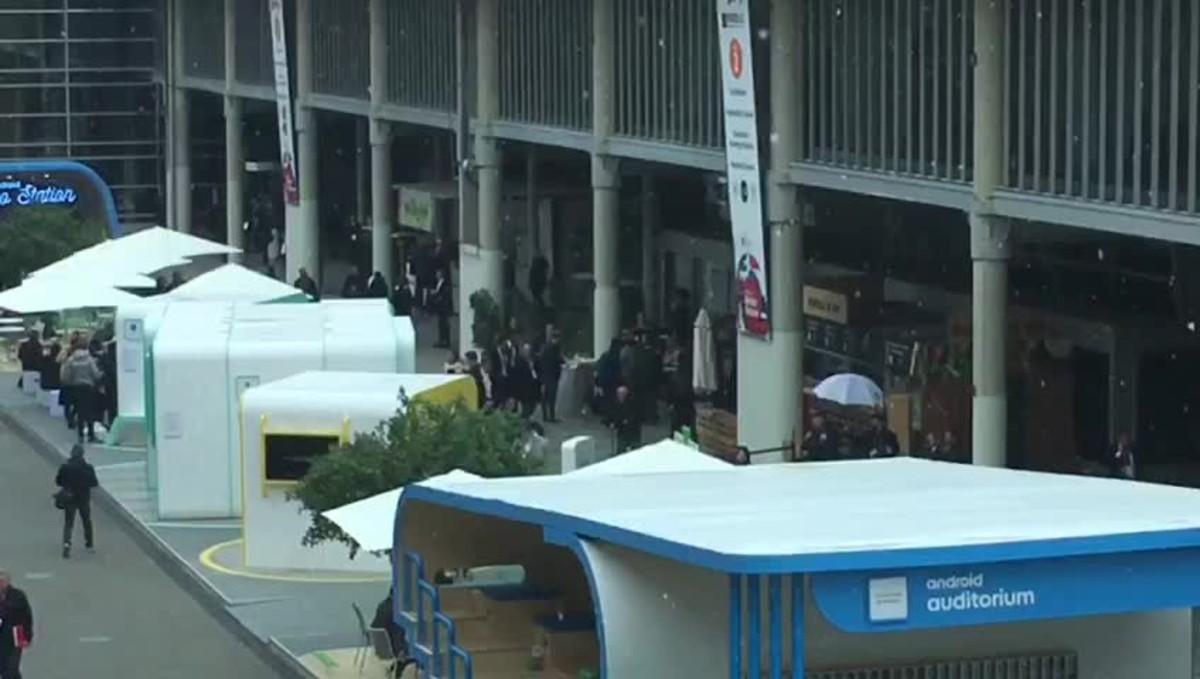 Els assistents a lMWC sorpresos pels flocs de neu a la Fira.