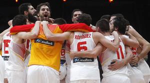 Els jugadors de la selecció celebren el tercer or en un Europeu.