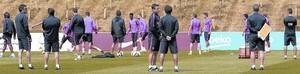 Els membres del cos tècnic observen l'entrenament dels jugadors del Barça, aquesta setmana a Saint George's Park.