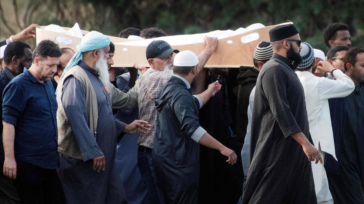 Entierro musulmán de una de las víctimas de Christchurch, este miércoles.