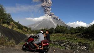 Aldeanos filipinos escapan a un área segura mientras el volcán Mayon entra en erupción.