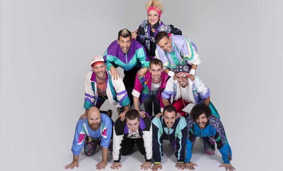 Los diez músicos de The Txandals, unos adictos a los 80 y a su estética más hortera actuarán el sábado 29 en elEspai Port.
