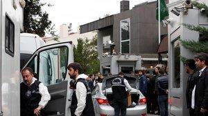 Forenses turcos, a su llegada al Consulado de Arabia Saudí en Estambul.