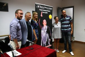 Foto de familia con el presidente de la Escuela de Flamenco de Andalucía, Luis Guillermo Cortés, la directora de la Escuela Tacón y Bordón, Raquel Alegría, y la alcaldesa de Santa Coloma, Núria Parlon.