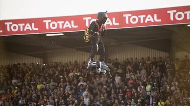 Un hombre en una tabla voladora causa furor en Le Mans