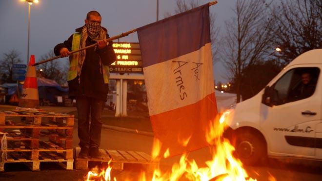 Francia aplaza la subida de impuestos a los carburantes por las protestas. En la imagen,un conductor francés protesta en la autopista A2 que lleva de París a Bruselas.