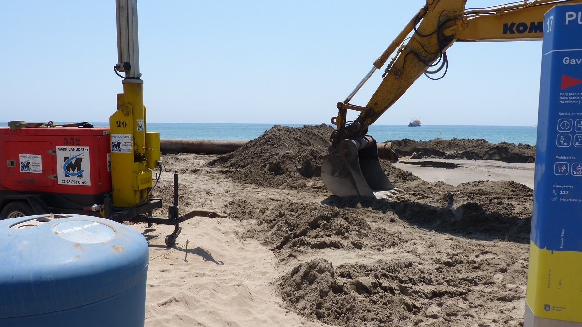 Gavà recibe desde este miércoles 40.000 metros cúbicos de arena para poner a punto las playas