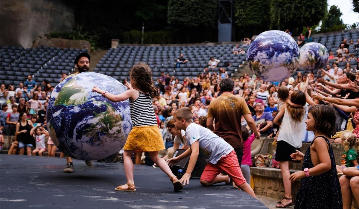 Los niños participan en losespectáculos del Grec en familia.