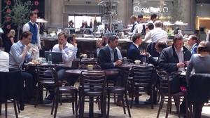 Un grupo de ejecutivos de la City, a la hora de comer en la Royal Exchange.