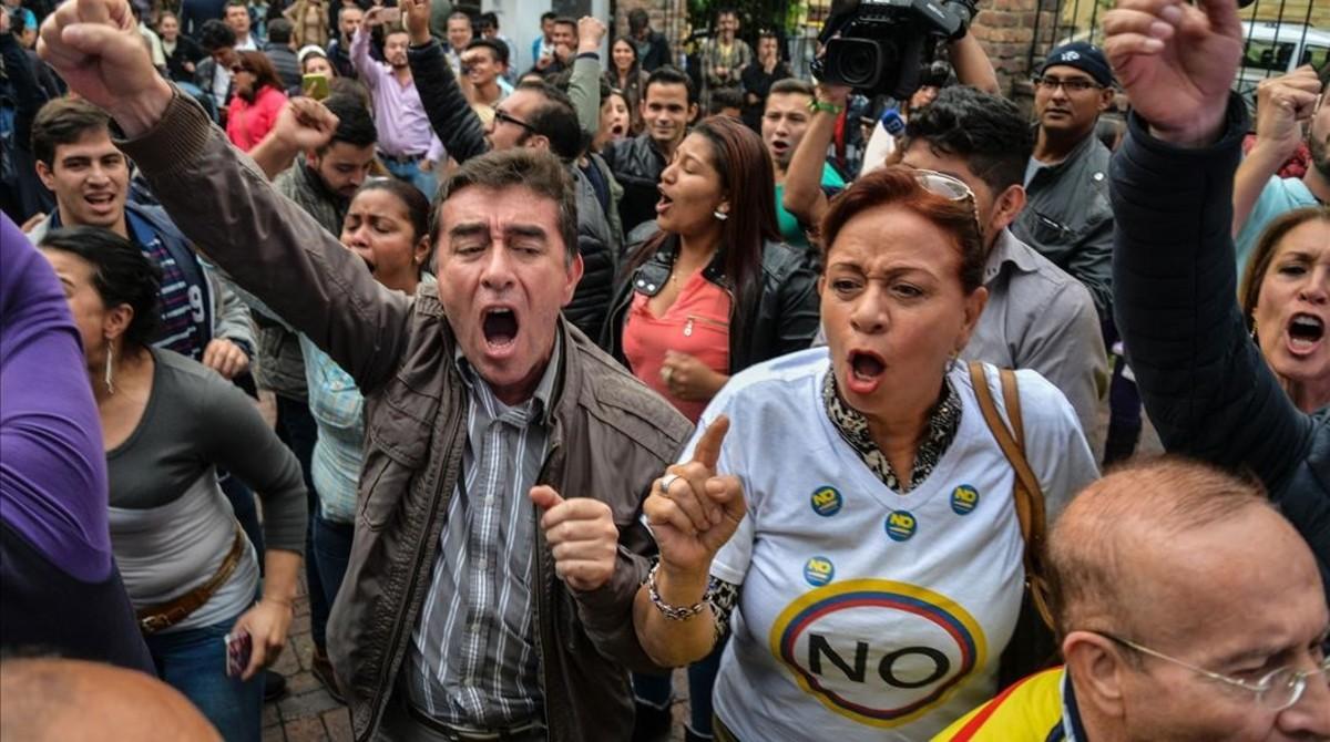 Un grupo de personas reaccionan con júbilo ante los resultados del plebiscito en Colombia.