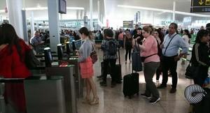 Un grupo de viajeros en la terminal T-1 del aeropuerto de El Prat, el pasado lunes.