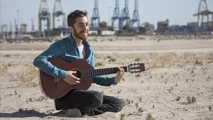 Guillem Lisarde, el joven valenciano que ha adaptado al catalán Tu canción, en la playa de Pinedo