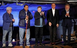 Harrison Ford, Mark Hamill, Billy Dee Williams, George Lucas y Bog Iger, en la inauguración del parque temático de Star Wars Galaxy's Edge, en California.