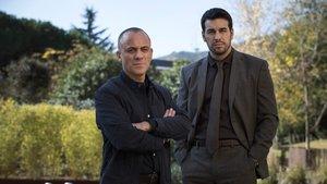Javier Gutiérrez y Mario Casas, en la serie de Netflix Hogar.