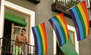 Un hombre sale al balcón, en el barrio de Chueca, en Madrid.