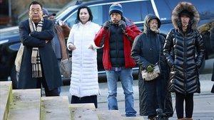 Un grupo de personas espera frente a la Corte Suprema de Vancúver durante la vista celebrada contraMeng Wanzhou.